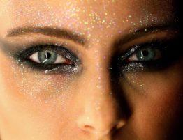 Maquiagem de carnaval: caia na folia sem prejudicar os olhos