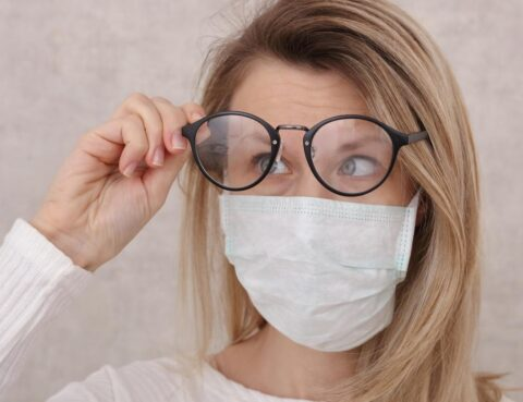 mascara-e-oculos-embacado
