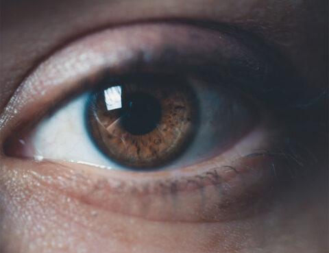 novo-coronavirus-pode-causar-lesoes-na-retina-aponta-estudo